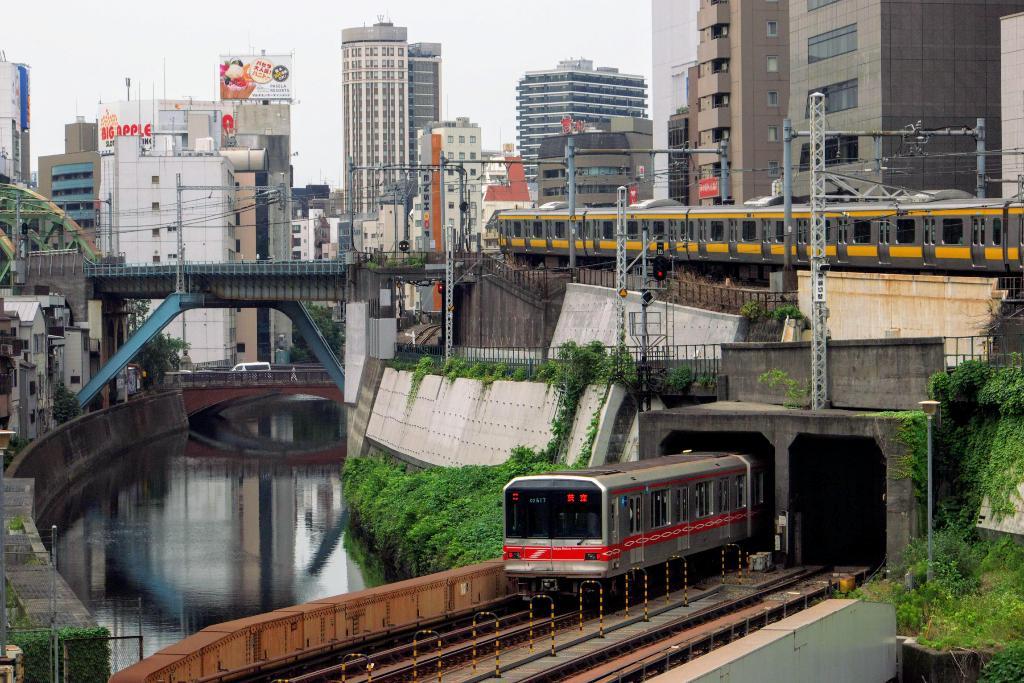 お茶の水の電車立体交差