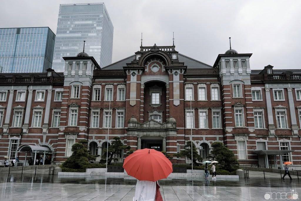 東京駅と赤い傘