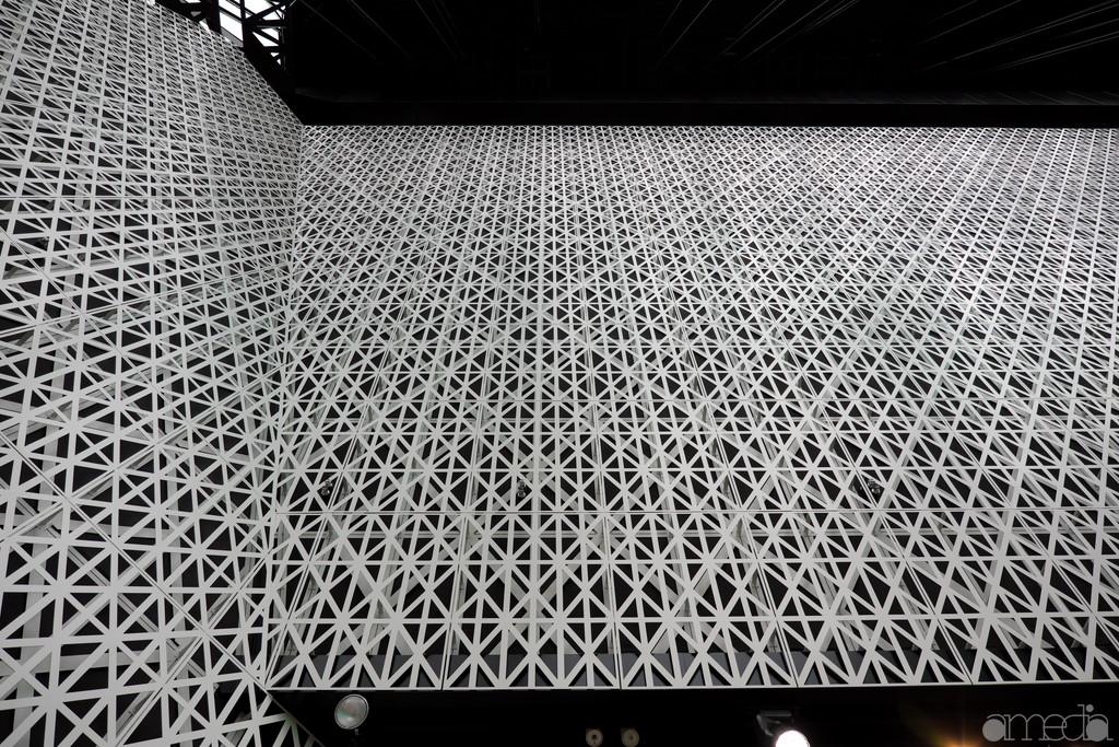 東急プラザ銀座・キリコラウンジ6階の壁は江戸切子の柄に。