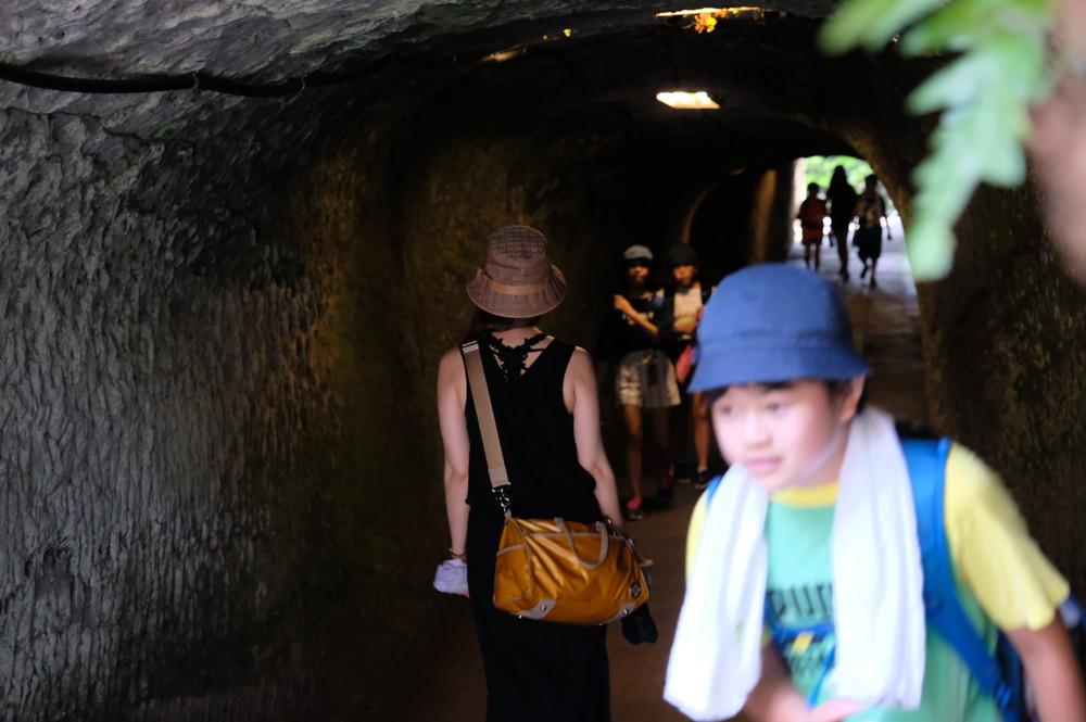銭洗弁財天のトンネル